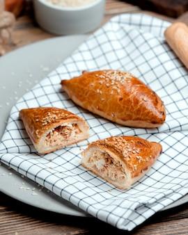 Tortas de frango polvilhadas com sementes de gergelim