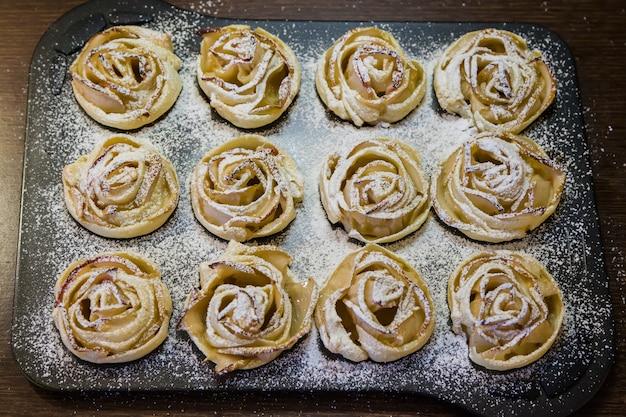 Tortas de maçã assadas em forma de rosas