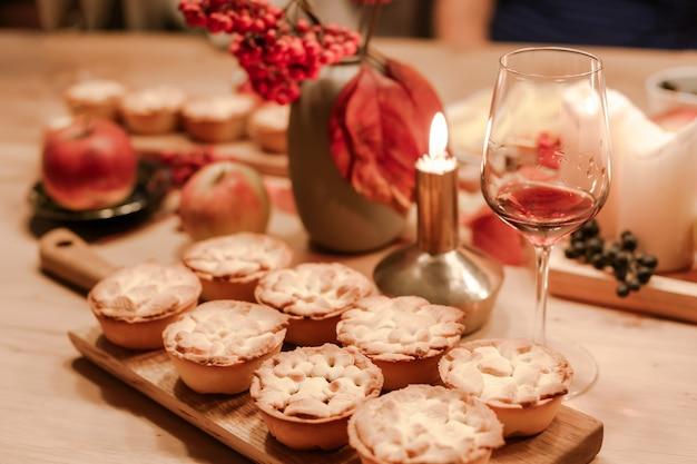 Tortas de maçã caseiras tradicionais da queda da ação de graças