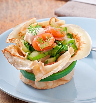 Tortas de panquecas com salmão