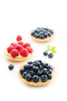 Tortas doces de verão com creme e frutas vermelhas