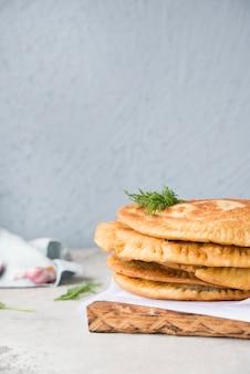 Tortas fritas caseiras. chebureks. doces tártaros nacionais.