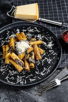 Tortiglioni de massa com trufa preta, cogumelo branco, molho de natas e queijo parmesão.