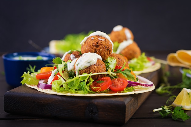 Tortilha com falafel e salada fresca. tacos veganos. comida vegetariana saudável.