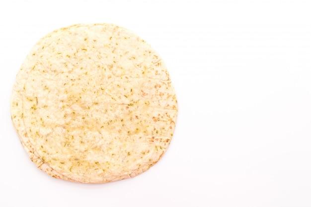 Tortilha de massa envolve em fundo branco