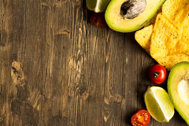 Tortilha de milho nachos e ingredientes de molho de guacamole