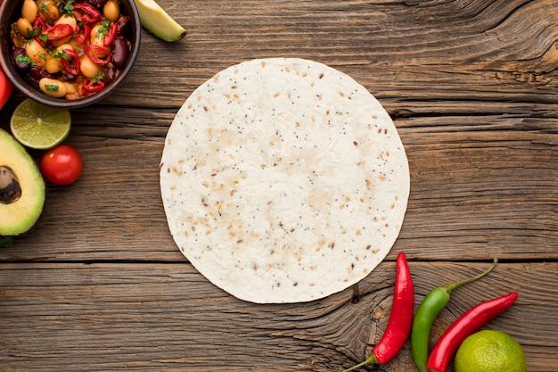 Tortilha de vista superior com comida mexicana fresca