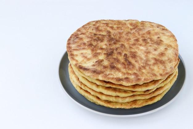 Tortilhas caseiras, localizadas em um prato em um fundo branco