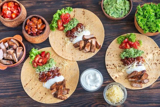 Tortilhas com recheios variados para tacos