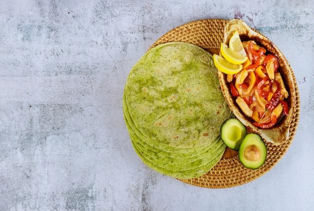 Tortilhas de espinafre com fajita e abacate