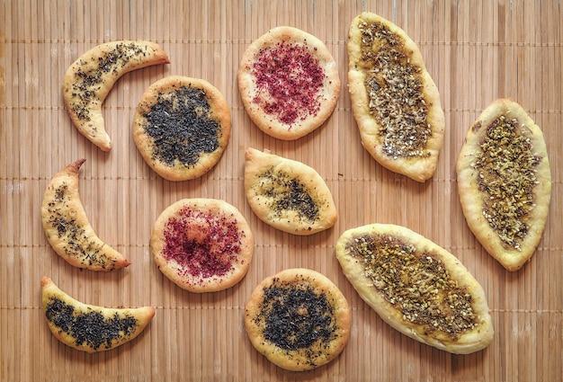 Tortilhas de trigo com ervas e especiarias. bolo caseiro. cozinha árabe. bolos de milho com especiarias. tortas.