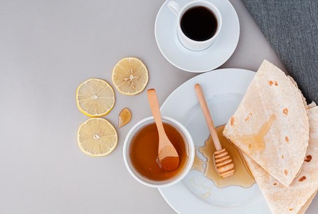 Tortilhas de vista superior com mel caseiro