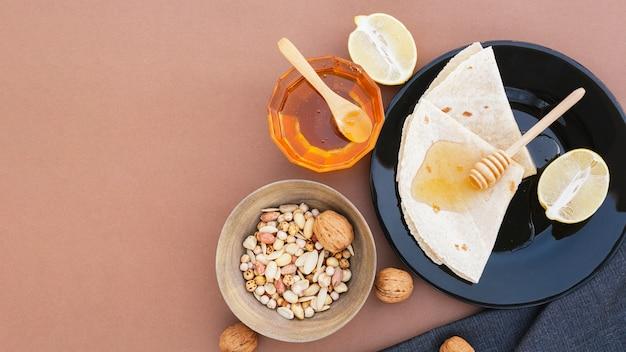 Tortilhas de vista superior em um prato com mel