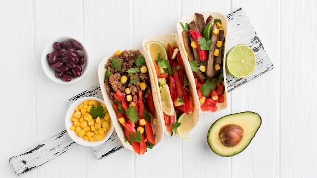 Tortilhas frescas de vista superior com legumes e carne