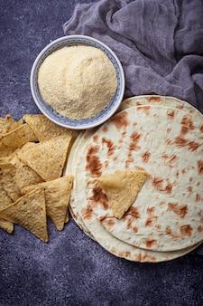 Tortilhas mexicanas, nachos e farinha de milho. foco seletivo