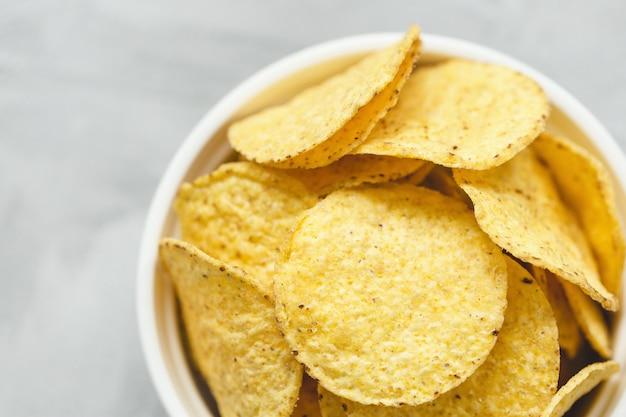 Tortilla chips de milho na tigela em cinza