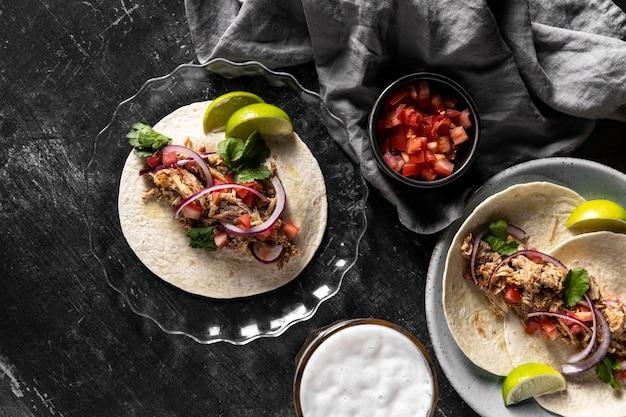 Tortilla com carne e vegetais na horizontal