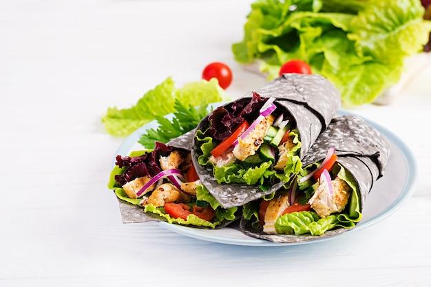 Tortilla com choco de tinta adicional com frango e legumes