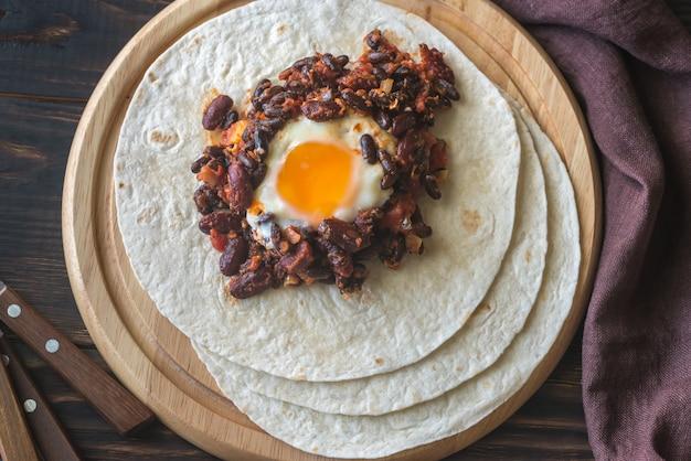 Tortilla com pimenta chipotle feijão e ovo cozido