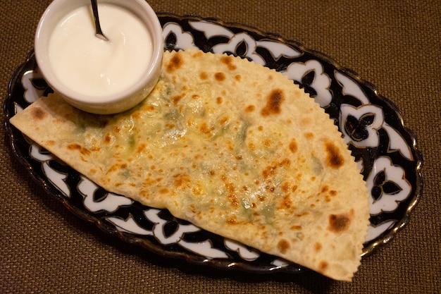 Tortilla com queijo e molho torta de queijo com crosta acastanhada ou pizza italiana quatro formaggi georgian khachapuri