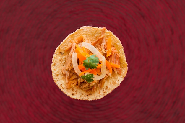 Tortilla desembrulhada com carne e legumes