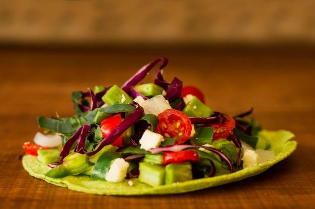 Tortilla desembrulhada com legumes frescos
