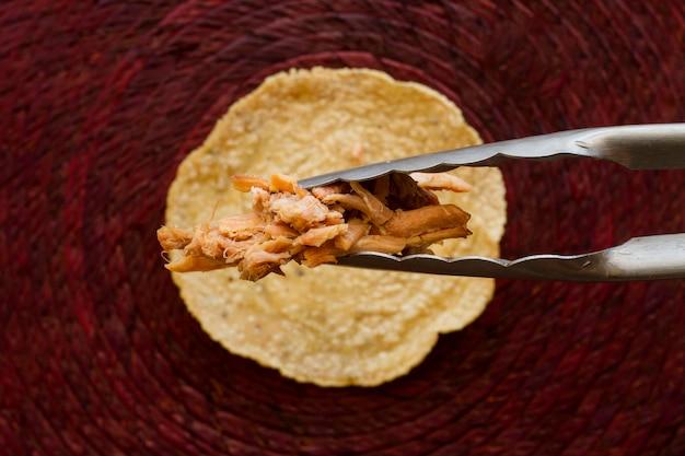 Tortilla desembrulhada de vista superior com carne