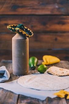 Tortilla mexicano de trigo delicioso sobre papel de manteiga na mesa de madeira
