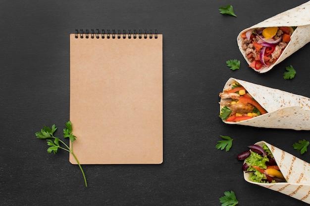 Tortilla saborosa vista superior envolve com salsa e carne