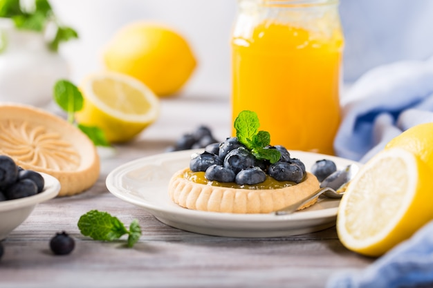 Tortinha de coalhada de limão com mirtilos frescos