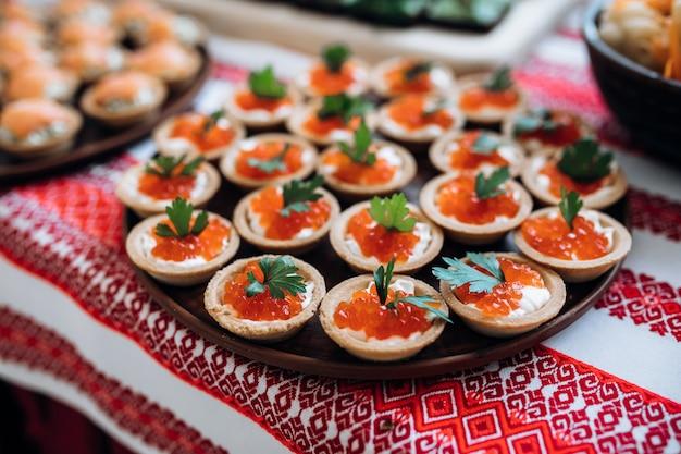 Tortinhas com caviar vermelho closeup, comida gourmet