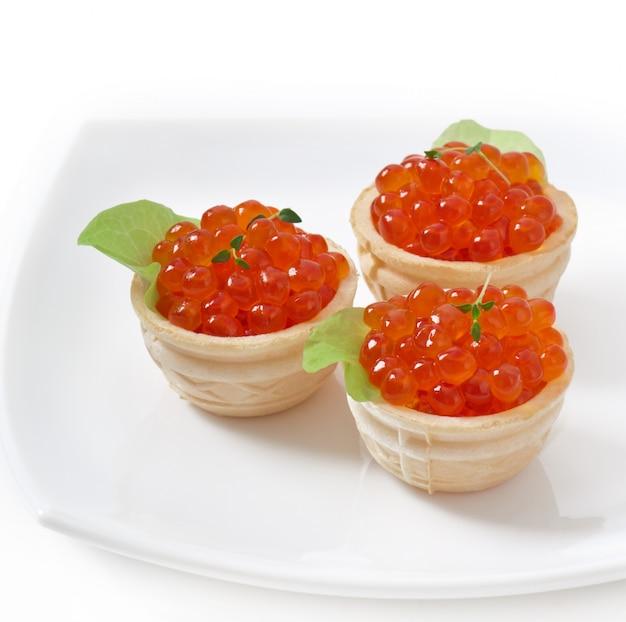Tortinhas com caviar vermelho