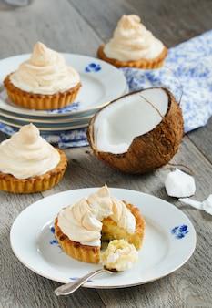 Tortinhas com creme de coco e merengue