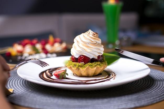 Tortinhas com pistache morango creme de chocolate vista lateral