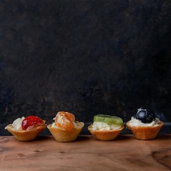 Tortinhas de frutas sortidas com na tabela