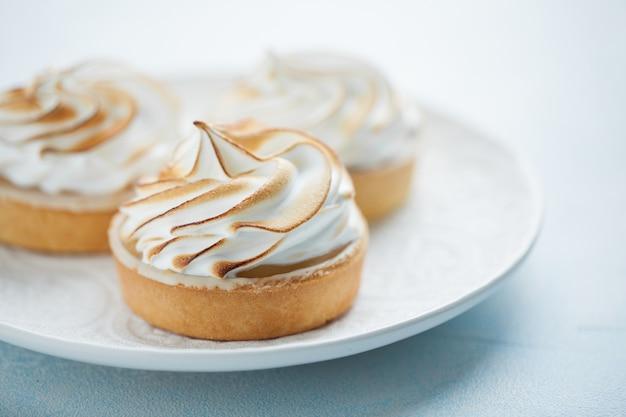 Tortinhas de limão com merengue.