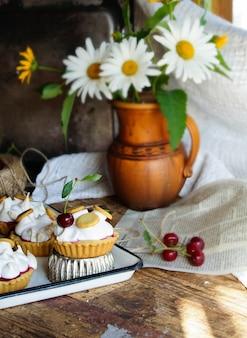 Tortinhas de massa com merengue e cereja