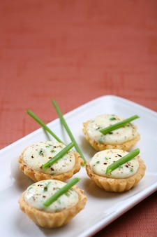Tortinhas de mini queijo, apresentação de catering para celebração.