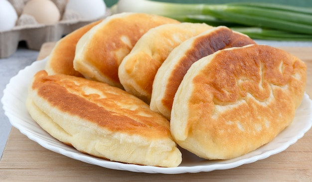 Tortinhas russas fritas com ovo e cebolinha