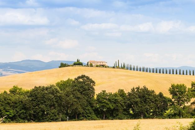Toscana, área de val d'orcia. campo maravilhoso em um dia ensolarado, pouco antes da chegada da chuva