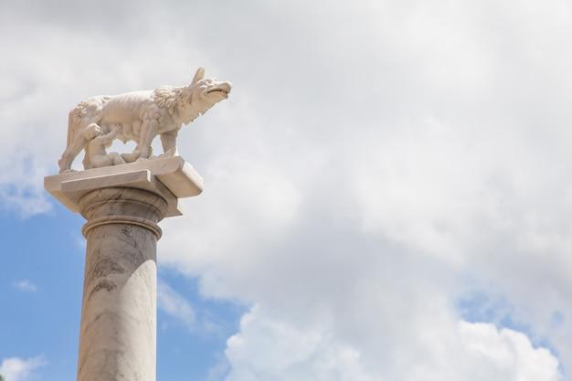 Toscana, itália. estátua do lendário lobo com romolo e remo, fundadores de roma