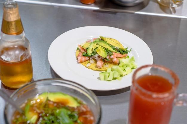 Tostada mexicana de camarão com abacate.