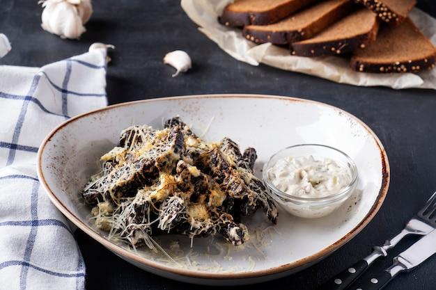 Tostas com queijo e alho num prato. pão crocante com alho e queijo. fechar-se