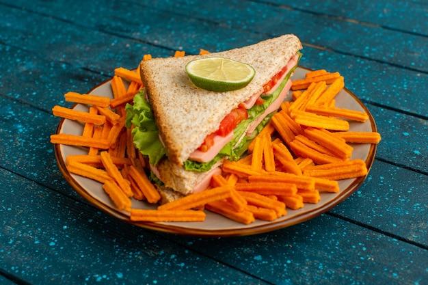Tostas de laranja com sanduíches dentro do prato azul