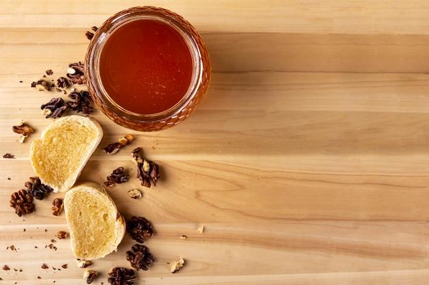 Tostas de mel com nozes