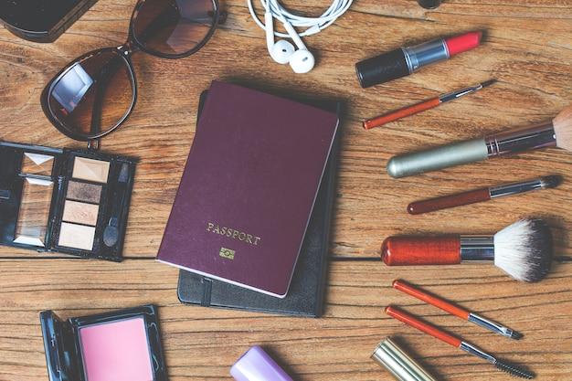 Tour de equipamento da menina adolescente, cosméticos, acessórios, maquiagem, telefone inteligente, bolsa, chapéu pronto para viajar.