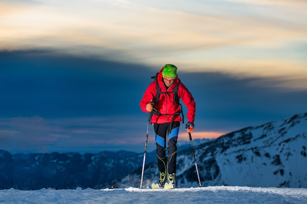 Tour de esqui à noite nas últimas horas do dia