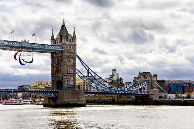 Tower bridge em londres, grã-bretanha