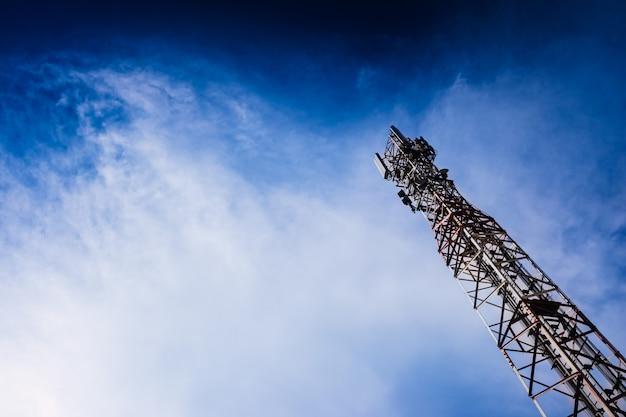 Tower fornece serviço de telecomunicações para uma cidade.