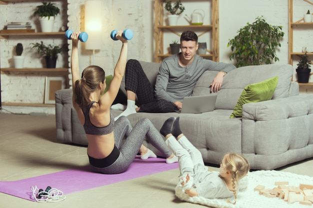 Trabalha as mãos dela. jovem mulher exercitando fitness, aeróbica, ioga em casa, estilo de vida esportivo e ginástica em casa.